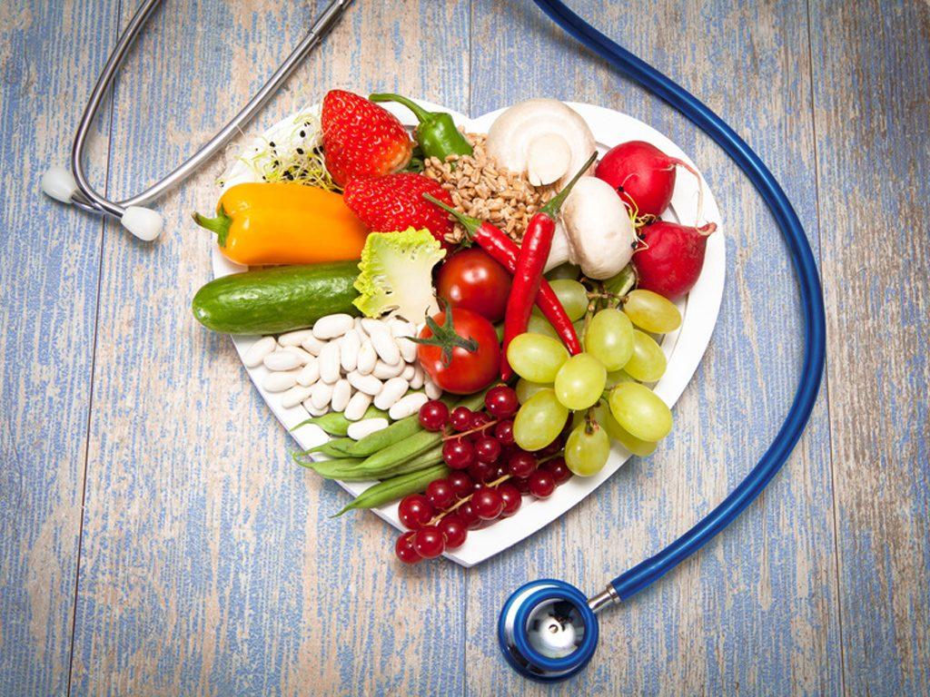Assiette en forme de cœur remplie d'aliments sains